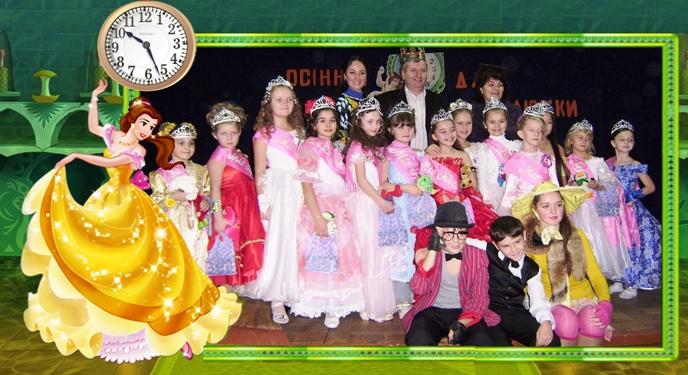 Юні красуні, журі та учні 6-го класу, що допомагали у проведенні конкурсу