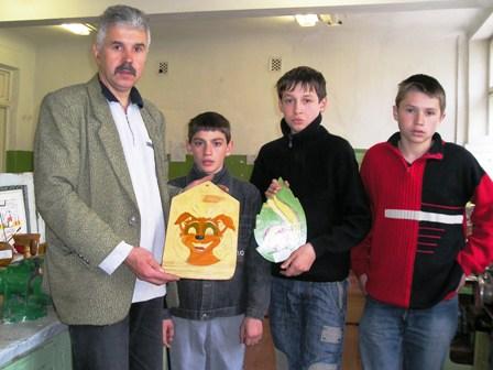 Сергій Федорович з активістами гуртка =Умілі руки=